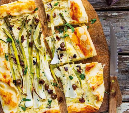 Crostata con porri, olive taggiasche, ricotta e parmigiano