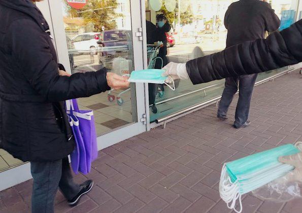 Campi Bisenzio: la comunità cinese distribuisce mascherine a chi è in fila davant alla Coop.fi