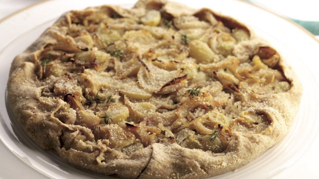 Torta salata con uva bianca e cipolle